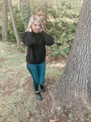 5 fall outfits that are budget friendly. A black oversized knitted sweatshirt.